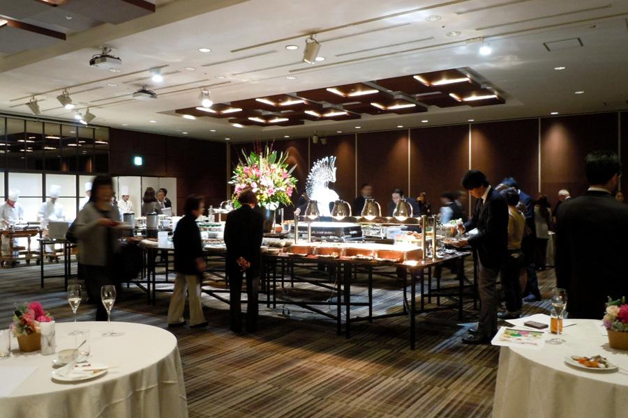 名古屋クレストンホテル宴会場「ザ・ノース / ザ・サウス」の立食パーティーの様子