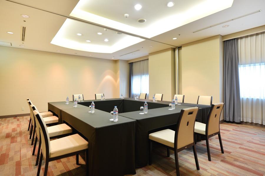 名古屋クレストンホテル宴会場「シャイン&ブライト」の会議などロの字スタイル