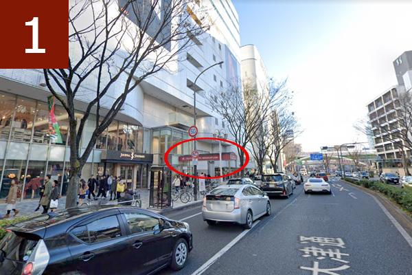 左手に大津通の赤い幌(名古屋パルコ西館のエントランス)