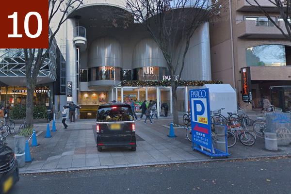 正面から見た駐車場入口