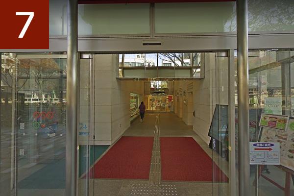 赤い幌の場所が名古屋パルコ西館名古屋クレストンホテル入口