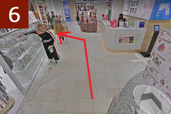 東館インフォメーションカウンターを道なりに左へ曲がる